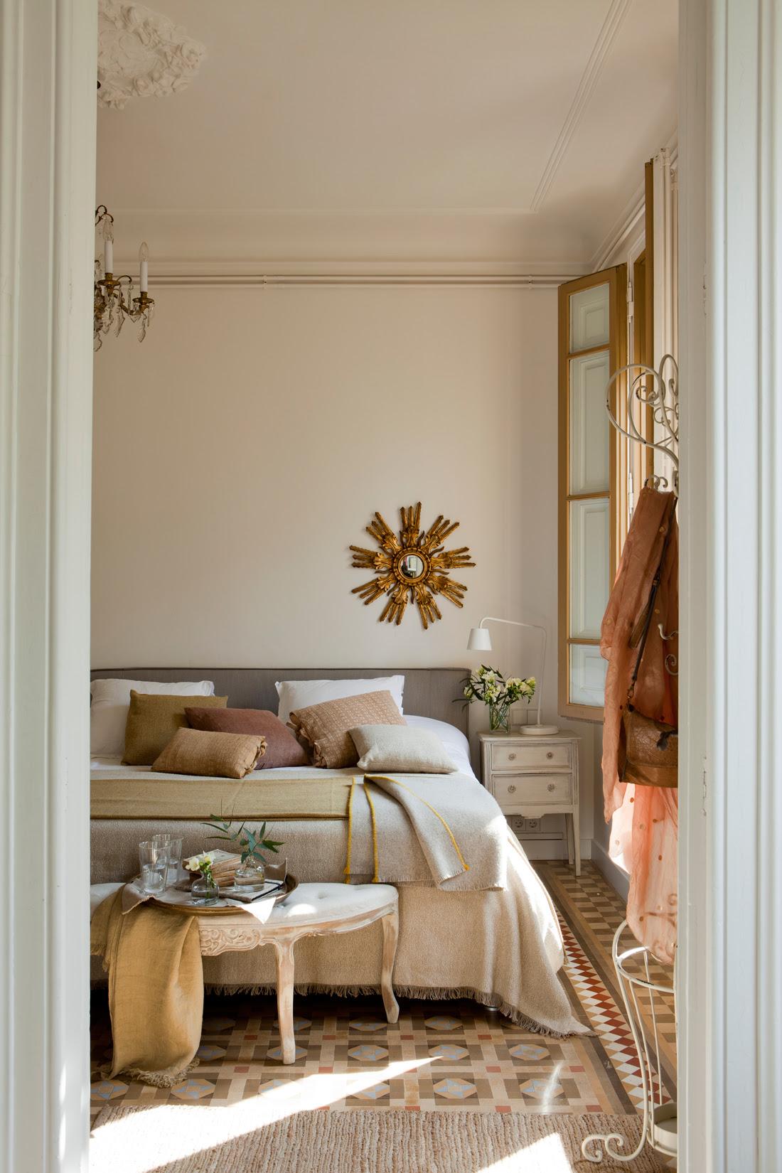 Dormitorio con espejo sol dorado, banqueta a pie de cama, suelo hidráulico y colgador de pie antiguo 00394837 O