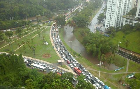 Avenida ACM alagada com grande engarrafamento de veículos (foto Luane Oliveira)