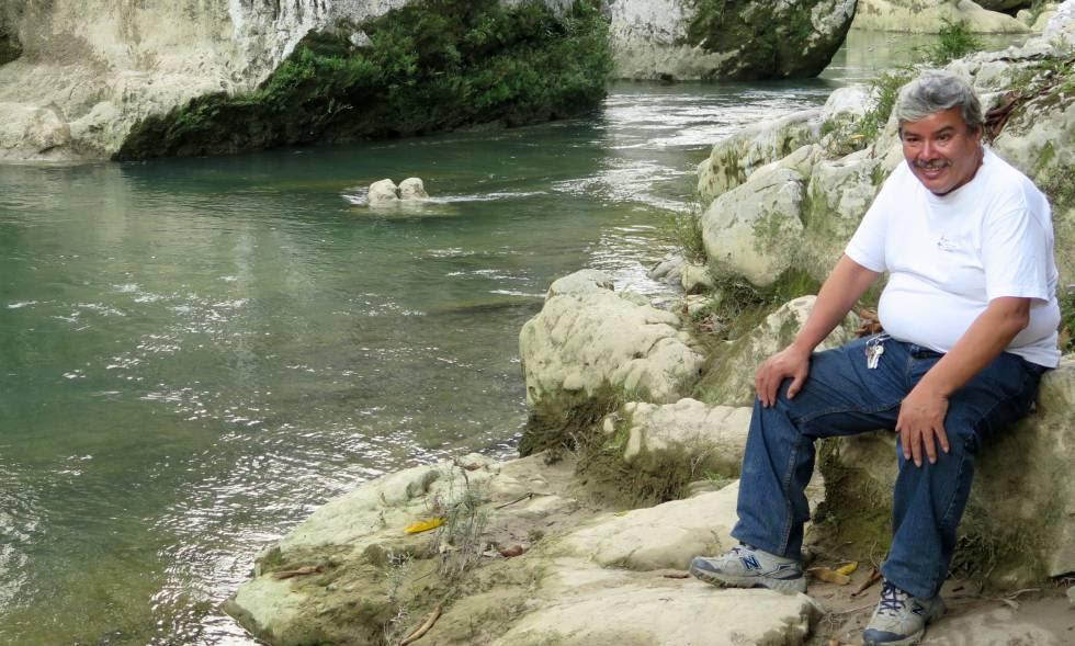 El activista Julio González en el río Cahabón de Guatemala.
