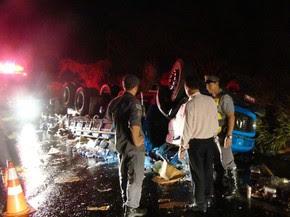 Caminhão carregado de bebidas tombou em rodovia (Foto: Gabriel Tedde/Marília Notícia/Divulgação)