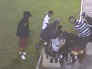 Imagens mostram grupo abordando vítimas (Foto: Reprodução )