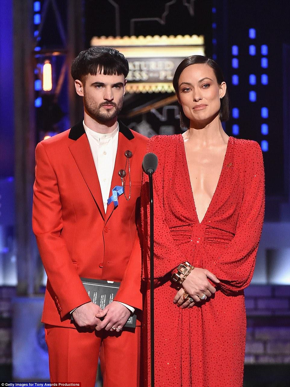 Duo: Olivia Wilde, com uma roupa vermelha brilhante com um decote que mergulhou no meio dela, apresentou o prêmio a Cynthia ao lado do Tom Sturridge