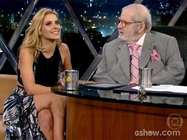 Carolina Dieckmann usa saia com fenda generosa em entrevista (Foto: TV Globo/Programa do Jô)
