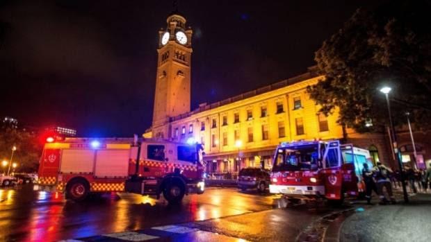 Φωτιά μονάδες κατεβαίνουν για τον κεντρικό σιδηροδρομικό σταθμό στο Σίδνεϊ μετά από πυρκαγιά που ξέσπασε στο Hungry Jacks προκαλώντας το κλείσιμο του μεγαλύτερου μέρους του σταθμού.