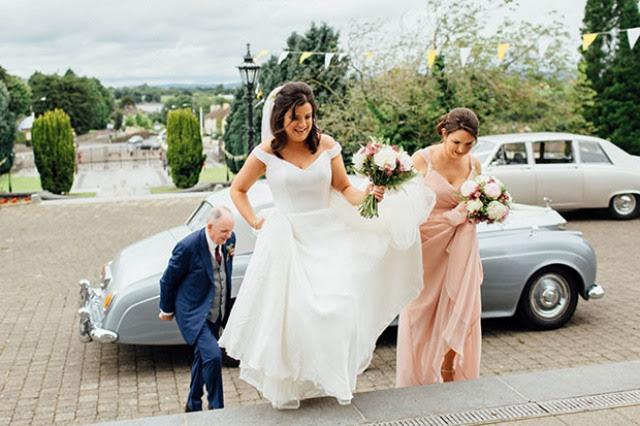 Die Braut wählte ein off-die-Schulter brautkleid mit einer textur Mieder und einen flowy Rock, Sie beendete Ihr Aussehen mit einem Schleier