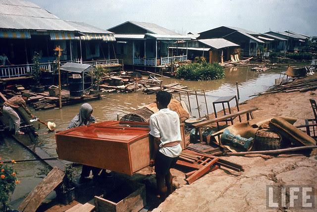 Vietnamese refugees evacuating flooded Tonle Sap River district. Phnom Penh, April 1970