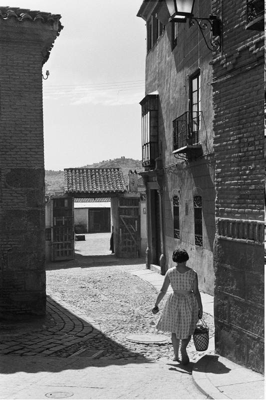 """Actual esquina de """"El Delfín"""" junto a la Iglesia del Salvador de Toledo en septiembre de 1962. Fotografía de Harry Weber. Österreichische Nationalbibliothek"""