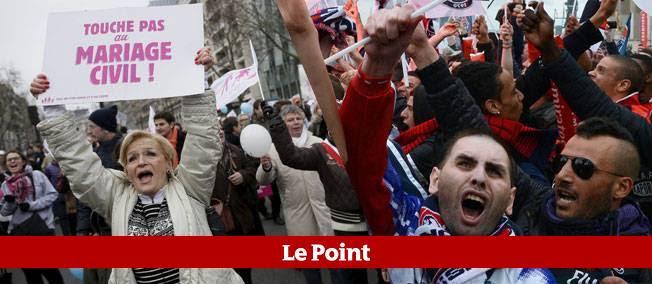 Manifestants contre le mariage gay (à gauche) et lors des cérémonies au Trocadéro lundi (à droite).