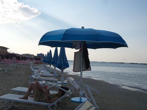L'ultimo ombrellone della giornata by Ylbert Durishti