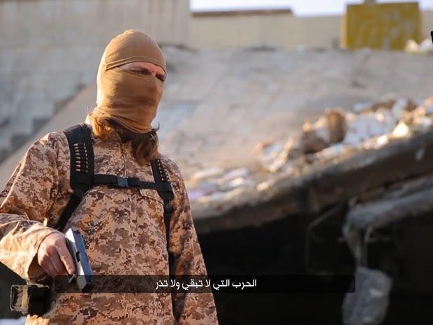 """O grupo jihadista Estado Islâmico (EI) publicou neste sábado (30) na internet um vídeo de uma execução a tiros, no qual um carrasco encapuzado faz ameaças em francês contra """"os infiéis"""" e menciona os atentados de novembro de 2015, em Paris (Foto: HO / NINAVA MEDIA CENTRE / AFP)"""