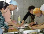 東京都健康長寿医療センター研究所は動物性食品や油脂の重要性を知ってもらう目的で「お達者料理教室」を開催している