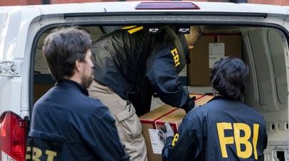 РИА Новости: сотрудники ФБР выносят коробки из дома родственников Дерипаски в Нью-Йорке