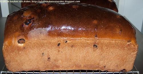 Sinaasappelbrood met rozijnen en kaneel