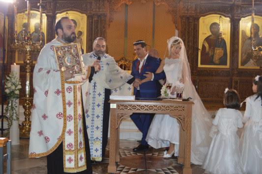 Χανιά: Γαμπρός και νύφη ''κούφαναν'' τον παπά στον γάμο τους - Η νέα μόδα στο μυστήριο [pics]