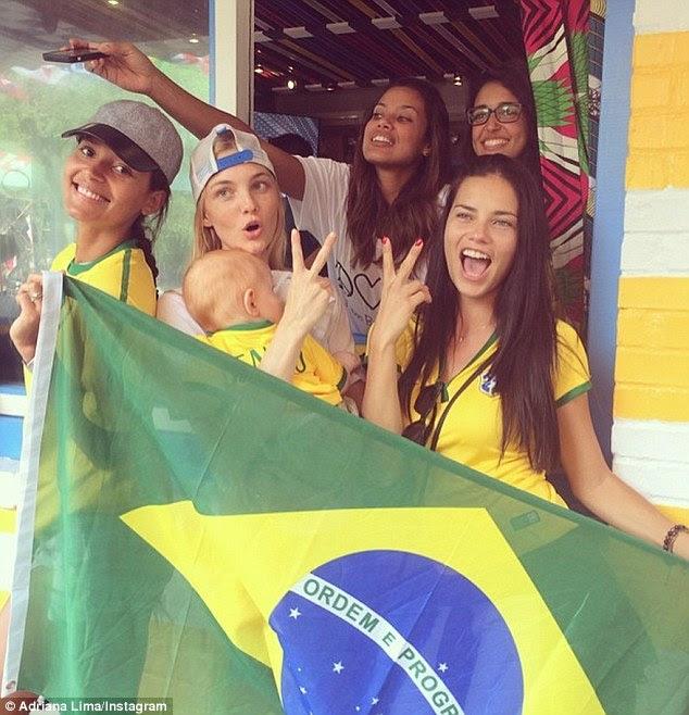 Team Brasil!  Também mostrando seu amor para o jogo era companheiro estrela Victoria Secret Adriana Lima que comemorou a vitória com modelos Carol Trentini e Emanuela de Paula