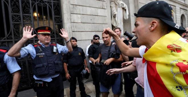 Un manifestante grita a un Mosso d'Esquadra frente al Ayuntamiento de Barcelona. REUTERS/Susana Vera