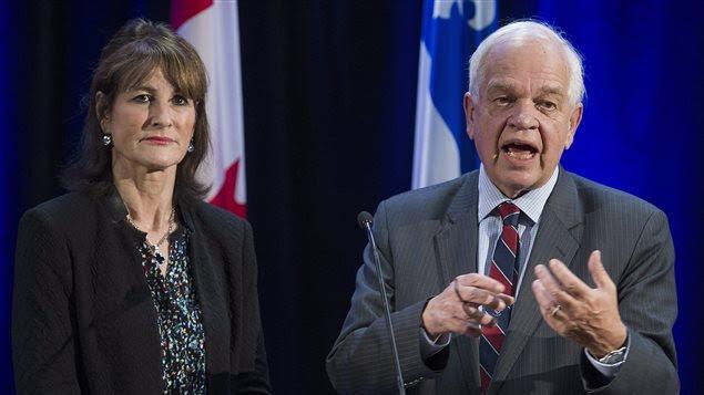Les ministres provincial et fédéral de l'Immigration Kathleen Weil et John McCallum à l'issue de leur rencontre avec les organismes œuvrant auprès de réfugiés le 3 décembre 2015 à Montréal