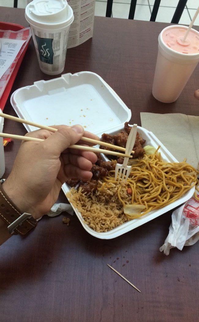 palillos chinos y tenedor