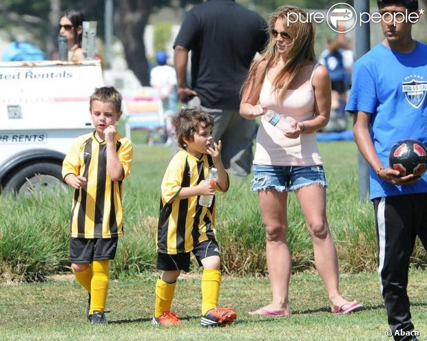 Britney Spears com os filhos Jayden e Sean em Woodland Hills. A cantora dará voz à trilha sonora do longa 'Os Smurfs 2'
