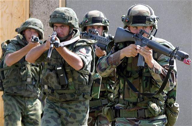 """Bulgaria hará todo lo posible para aumentar el presupuesto militar y la modernización de las fuerzas armadas con el fin de cumplir con los estándares de la OTAN, dijeron funcionarios de alto aquí el viernes en un foro de la industria de defensa. """"Bulgaria hará todo lo posible para aumentar los gastos de defensa dentro de los limitados recursos del presupuesto nacional"""", dijo el presidente Rosen Plevneliev del país en el evento que reunió a altos funcionarios de la OTAN, los generales y los representantes de más de 100 empresas búlgaras e institutos de investigación."""