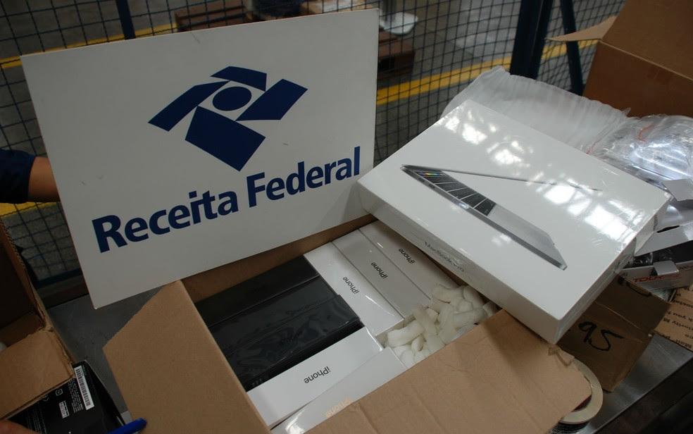 Celulares e computadores estavam entre os itens não declarados (Foto: Divulgação/Receita Federal)