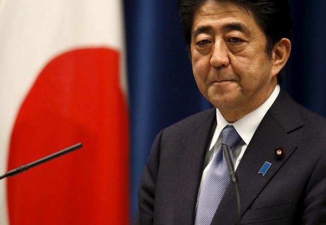 8月14日、戦後70年談話として、安倍晋三首相は「我が国は先の大戦での行いについて、繰り返し痛切な反省と心からのおわびの気持ちを表明してきた」と述べた。写真は記者会見に臨む同首相(2015年 ロイター/Toru Hanai)