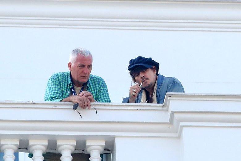 Johnny Depp foi fotografado na tarde desta quarta-feira (23) na sacada do hotel Copacabana Palace, no Rio de JaneiroAcesse o R7 Play e assista gratuitamente à programação da Record quando quiser