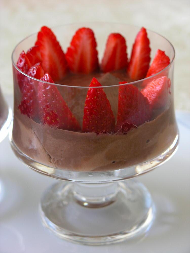 copa de iogurt de soja de xocolata amb maduixes
