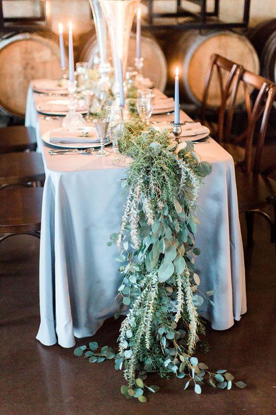 grün-und laub-Tischläufer in hellen Farbtönen sieht organischen mit einer staubigen blauen Tischdecke