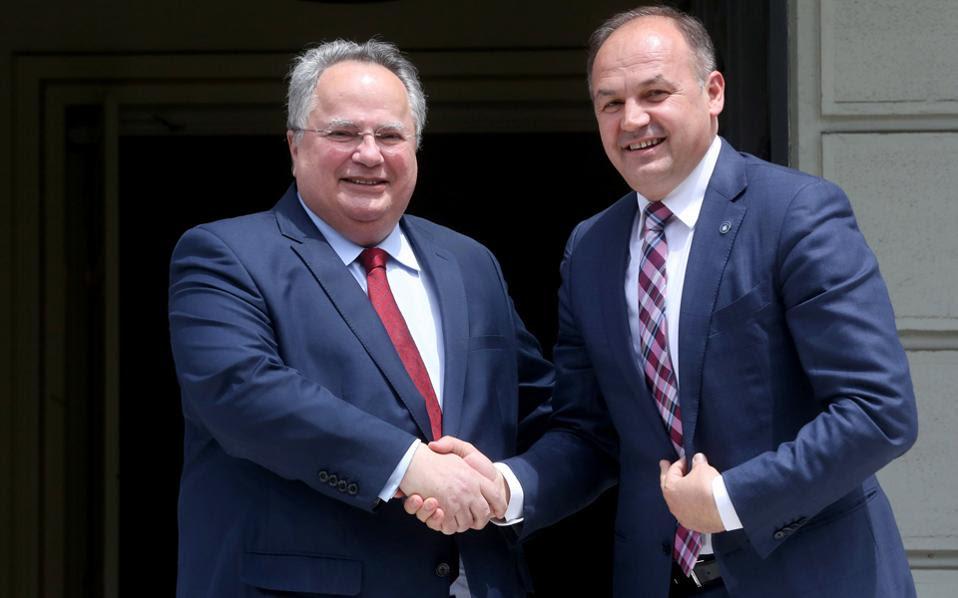 Ο υπουργός Εξωτερικών του Κοσόβου κ. Ενβέρ Χοτζάι, με τον Ελληνα ομόλογό του κ. Ν. Κοτζιά.