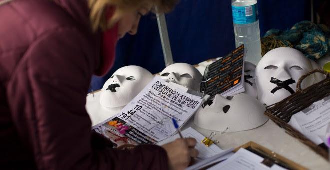 Una ciudadana firma a favor del manifiesto que proponen.CHRISTIAN GONZÃ LEZ