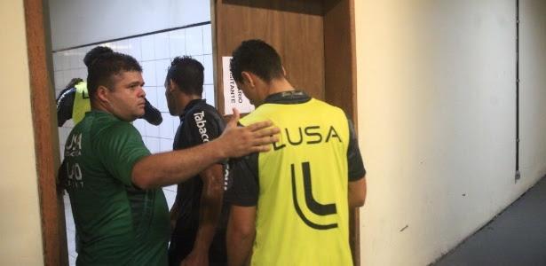Jogadores da Portuguesa voltam ao vestiário em Joinville após saírem de campo em razão de ordem judicial