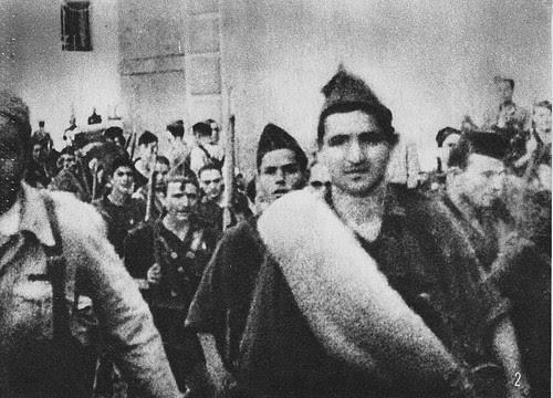 Soldados nacionales desfilan por Toledo tras tomar la ciudad el 28 de septiembre de 1936