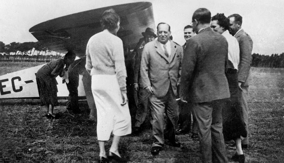 Última fotografía del general Sanjurjo (centro), antes de subir al avión que debía llevarle a Burgos.