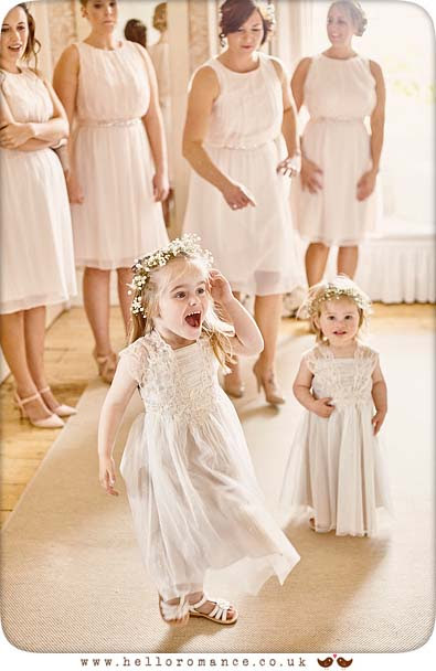 Flower Girl excited at seeing Bride - www.helloromance.co.uk