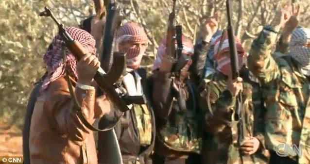 """Estas tropas sírias, mostrados em um 2012 CNN transmissão fevereiro, gritar """"Allahu Akbar"""", como elas criam seus rifles para o céu. As forças americanas entram no país teria que lutar com eles para o controle dos locais de armas químicas"""