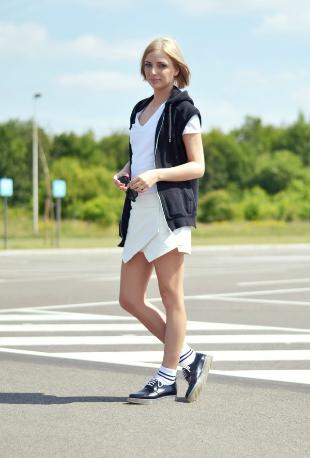 Sport deluxe outfit by belgium fashion blogger turn it inside out wearing h&m sleeveless hoodie sweat waistcoat h&m basic v neck t shirt zara asymetric skort zara transparent derby shoes asos striped white high sport socks inspiration post