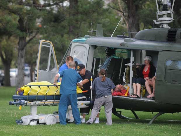 Feridos são resgatados após o acidente aéreo desta sexta-feira (16) em Reno, Nevadaa (Foto: AP)
