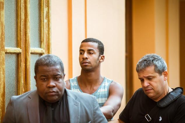 Raí de Souza (centro), suspeito de participar de estupro coletiva no Rio, se entregou nesta segunda (30)