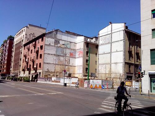 Facciate, palazzi tagliati e vuoti by Ylbert Durishti