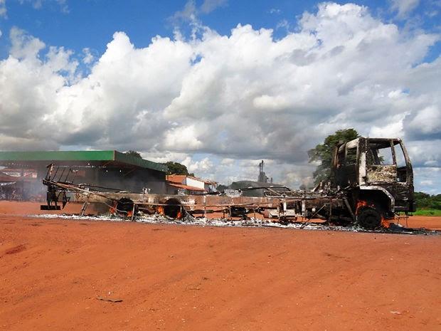 Funai diz que após queimar veículo, moradores roubaram alimentos dos índios (Foto: Rogério Freitas)