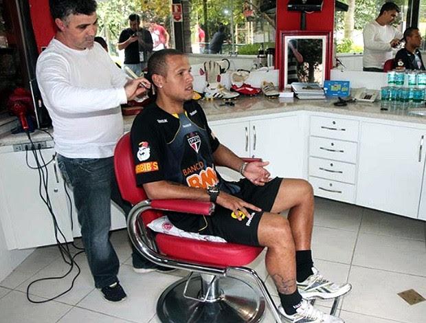 Luis Fabiano corta o cabelo no São Paulo (Foto: Rubens Chiri / Site oficial do São Paulo FC)