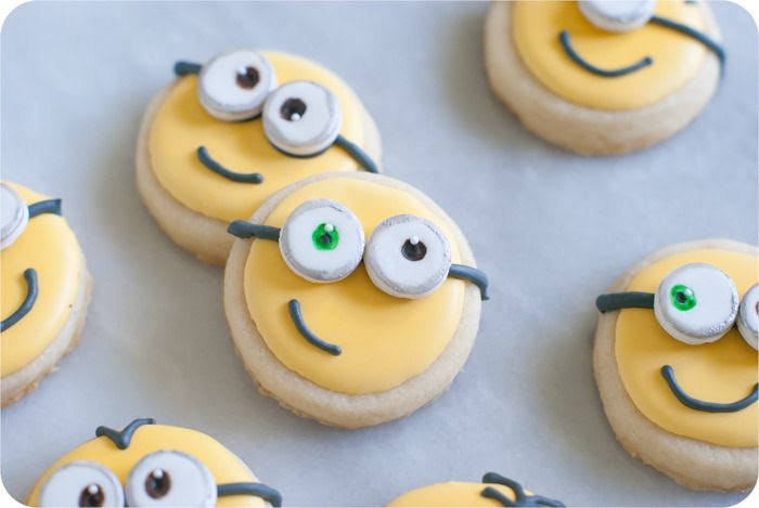 how to make Minions cookies > recipes + tutorial from bakeat350.blogspot.com
