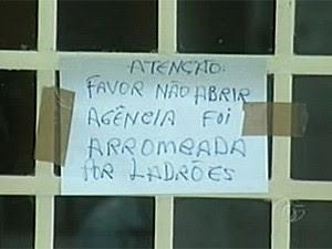 Imagem de 14 de junho mostra mensagem deixada em agência assaltada em Senador Rui Palmeira  (Foto: Reprodução/TV Gazeta)