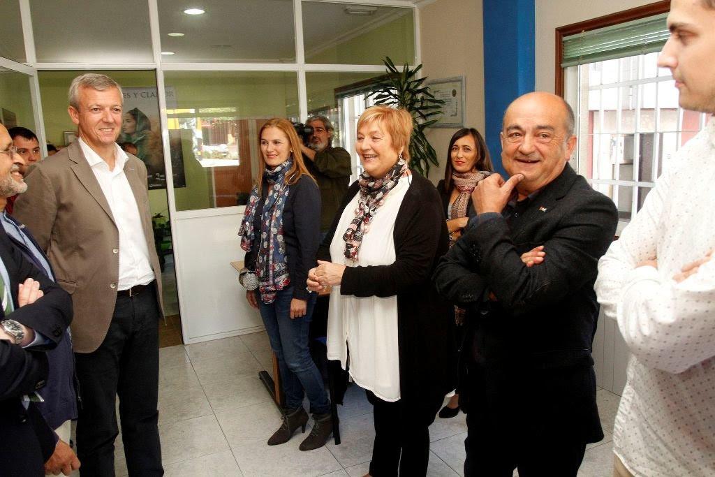 El vicepresidente de la Xunta, Alfonso Rueda, durante la visita de ayer a la sede de la asociación de ayuda al Sahara.