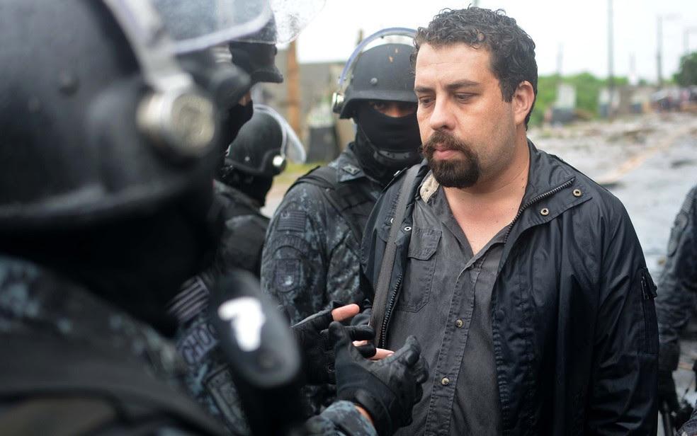 O líder do MTST, Guilherme Boulos, foi detido durante reintregração em SP (Foto: Jorge Ferreira/Futura Press/Estadão Conteúdo)
