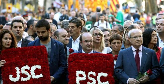 El primer secretario del PSC, Miquel Iceta, junto al expresidente de la Generalitat José Montilla (d), en la ofrenda floral con motivo de la Diada. EFE/Toni Albir