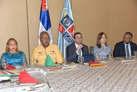 imagen Ministro Andrés Navarro sentado junto al Consejo Nacional de Educación presentando resultados de la Evaluación Docente