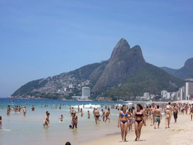 Banhistas lotavam Praia de Ipanema nesta manhã  (Foto: Guilherme Brito/ G1)