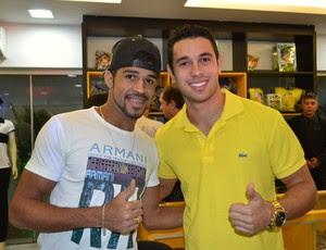 Loja do ABC - Atacante Alvinho e meia Júnior Timbó prestigiam a inauguração da ABC Store (Foto: Jocaff Souza)